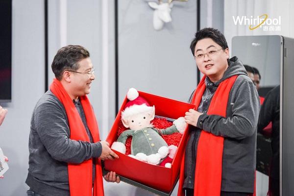 """惠而浦总裁携重百电器董事长化身""""圣诞福利官"""",解锁""""健康家""""圣诞盲盒"""